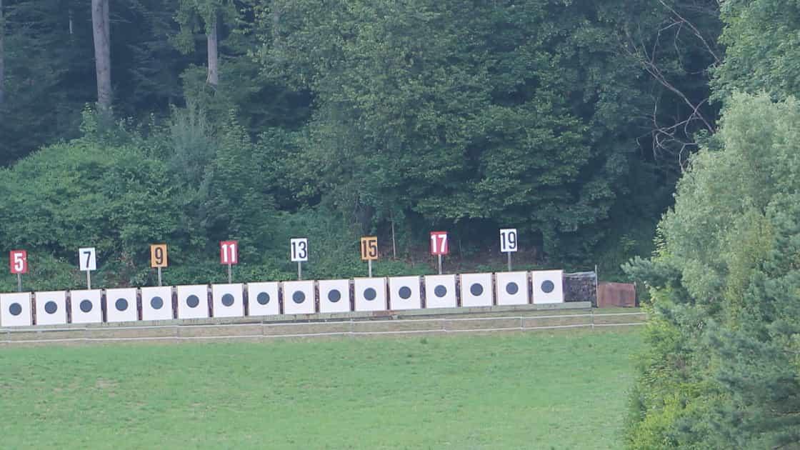 Scheibenstand Gnöd 300m, Hägendorf, 20 Scheiben nebeneinander, darüber nummeriert mit ungeraden Zahlen von 1-19. auf linker Seite Windsack, im Hintergrund Gebüsche und Wald.