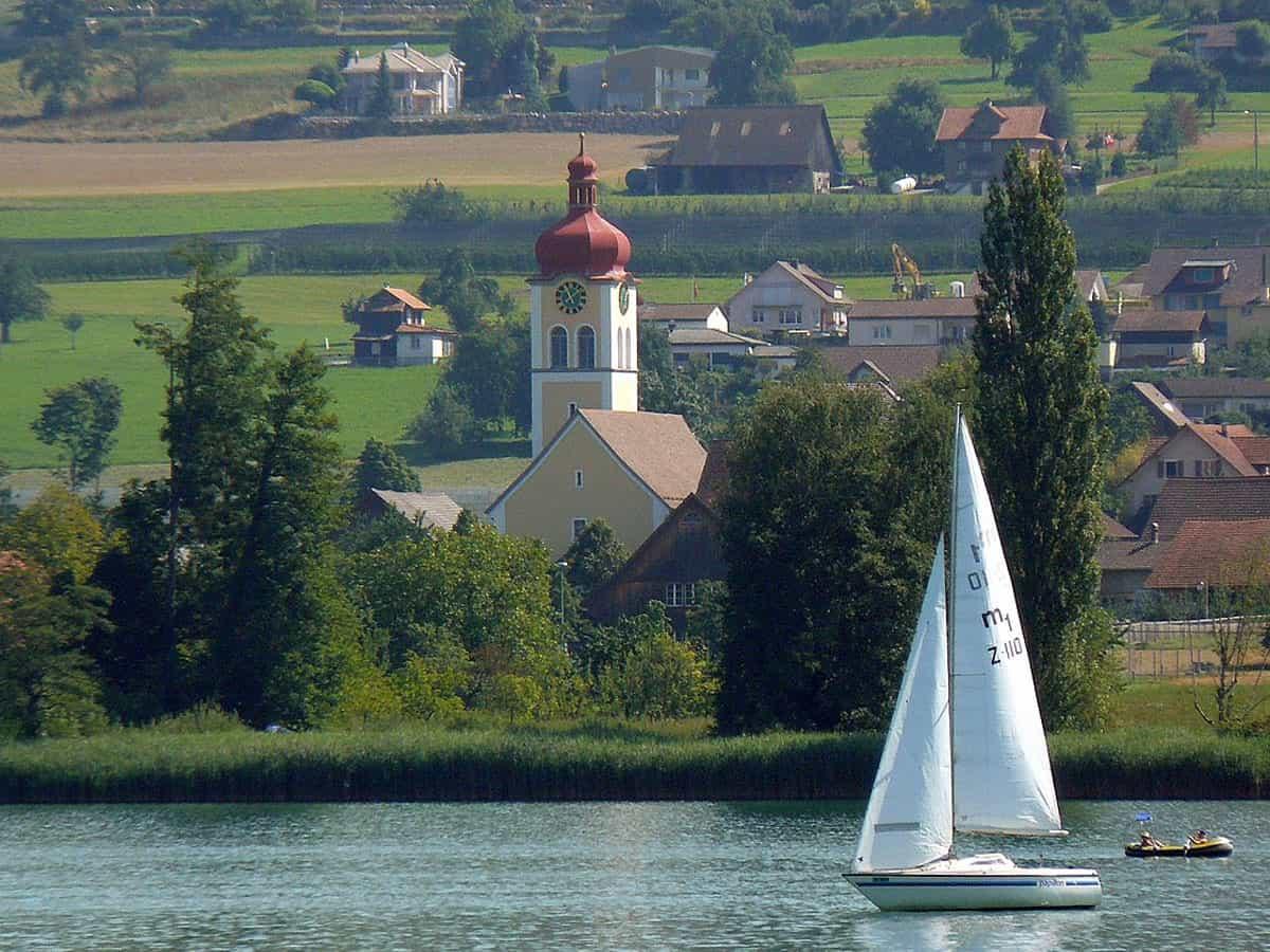Hallwiler See und Kirche St. Luzia