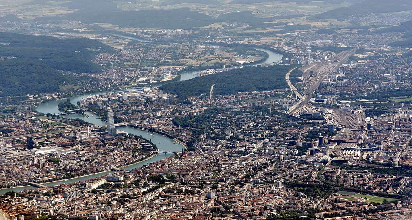Basel und Rheinknie von nordwestlicher Sicht aus der Vogelperspektive
