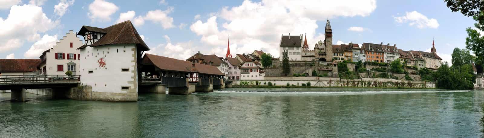 Ansicht von Bremgarten: Holzbrücke über die Reuss, Kirchturmspitze der Stadtkirche