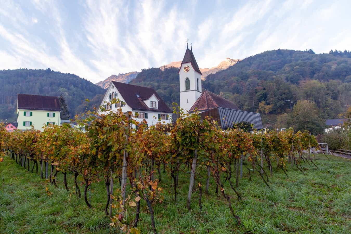 Sevelen mit reformierter Kirche und Alvier im Hintergrund