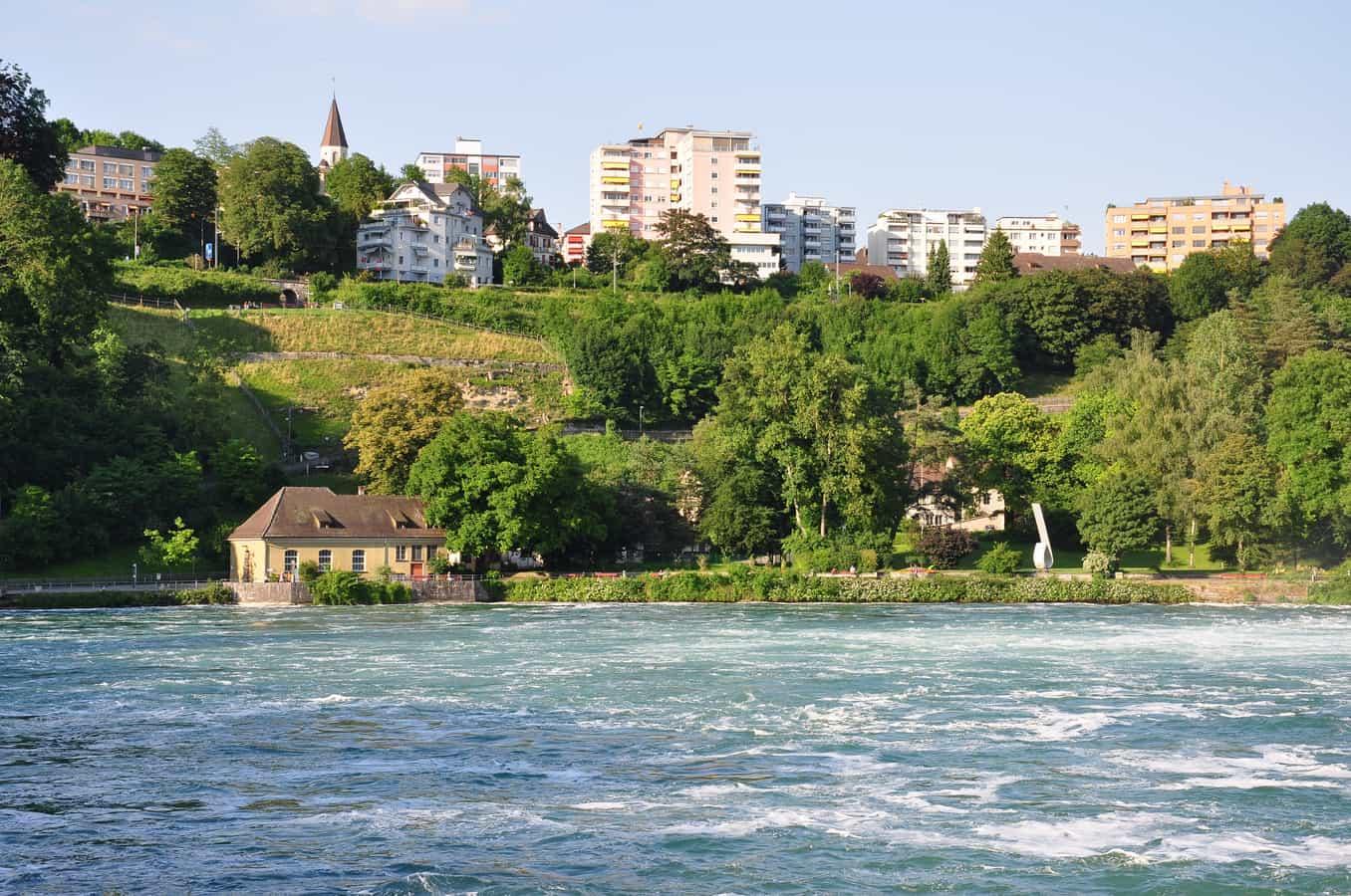 Ansicht von Laufen-Uhwiesen über das Becken des Rheinfalls auf Neuhausen
