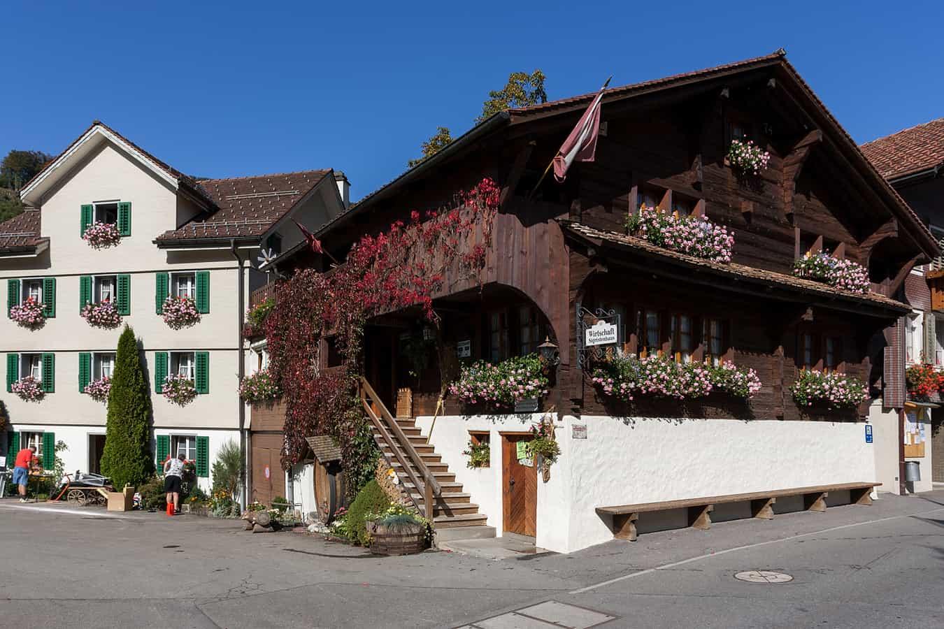 Das historische Gasthaus Sigristenhaus im Dorfzentrum voin Illgau (SZ)