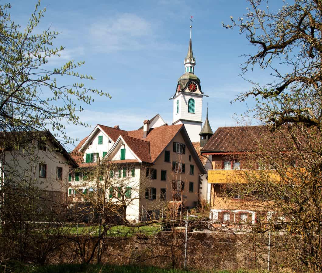 Pfarrkirche St. Jakob im Dorfkern von Steinen