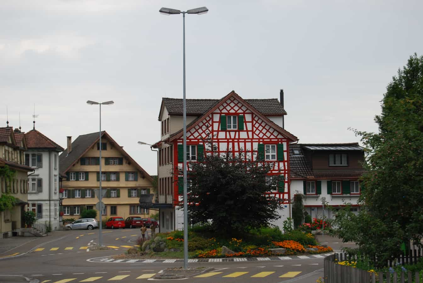 Kreisel im Dorfzentrum
