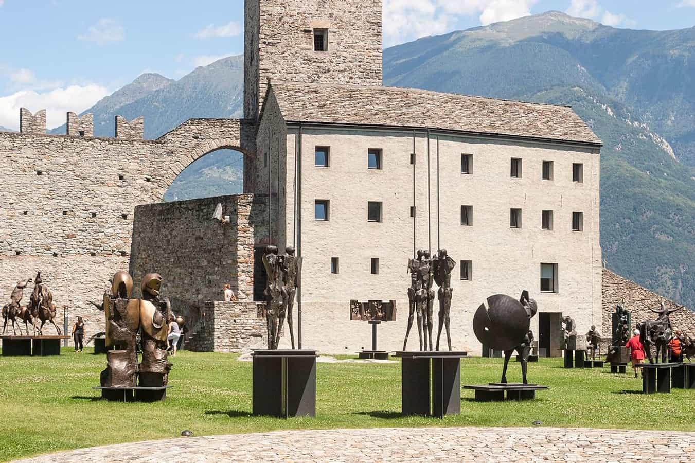 Skulpturen des Tessiner Bildhauers Nag Arnoldi im Hof des Castelgrande