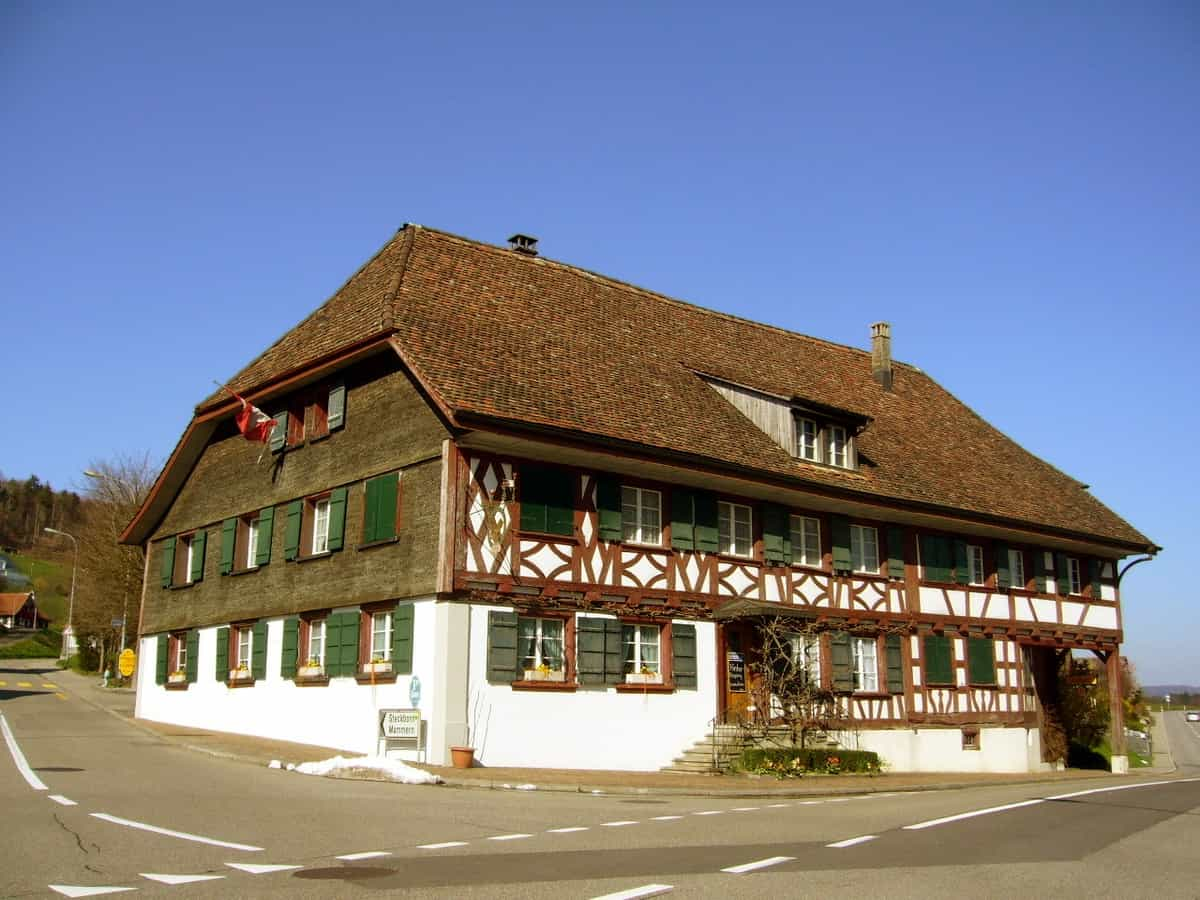 Gasthaus Löwen gegenüber der Kirche in Herdern