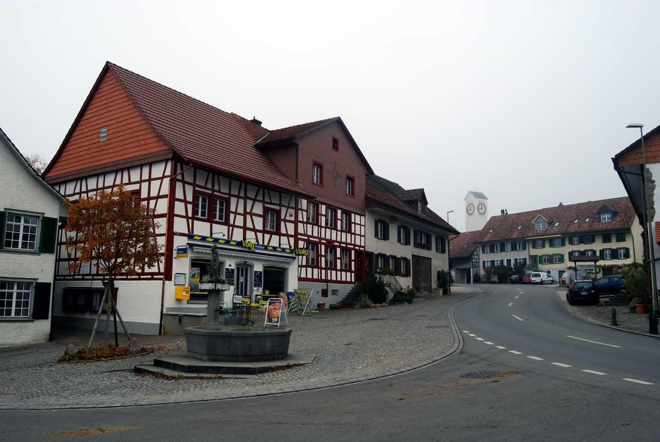 Dorfbrunnen und -Laden im Zentrum von Truttikon