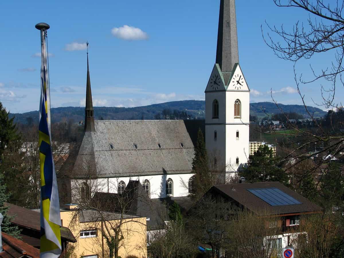 Kirche Heilige Dreifaltigkeit, Adliswil, von der Seilbahn aus gesehen