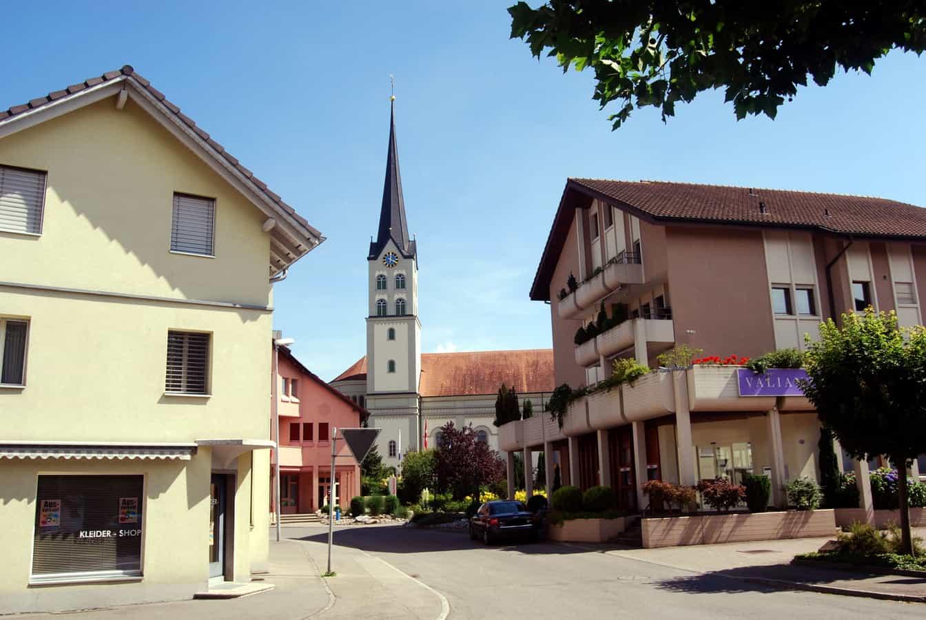 Dorfzentrum von Schötz an der Ohmstalerstrasse mit Kirche, Kleiderladen und Bank