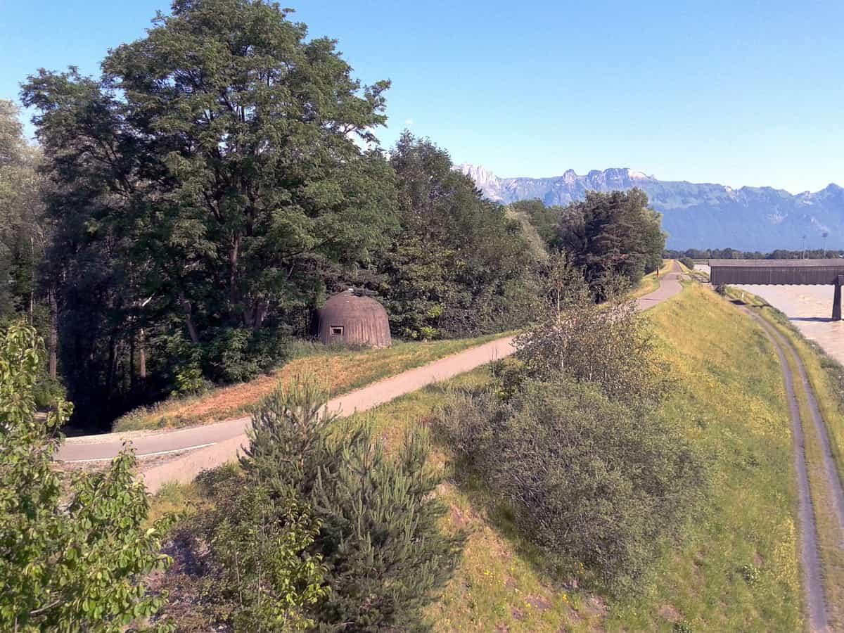 Rheinuferweg mit Bunker aus dem 2. Weltkrieg