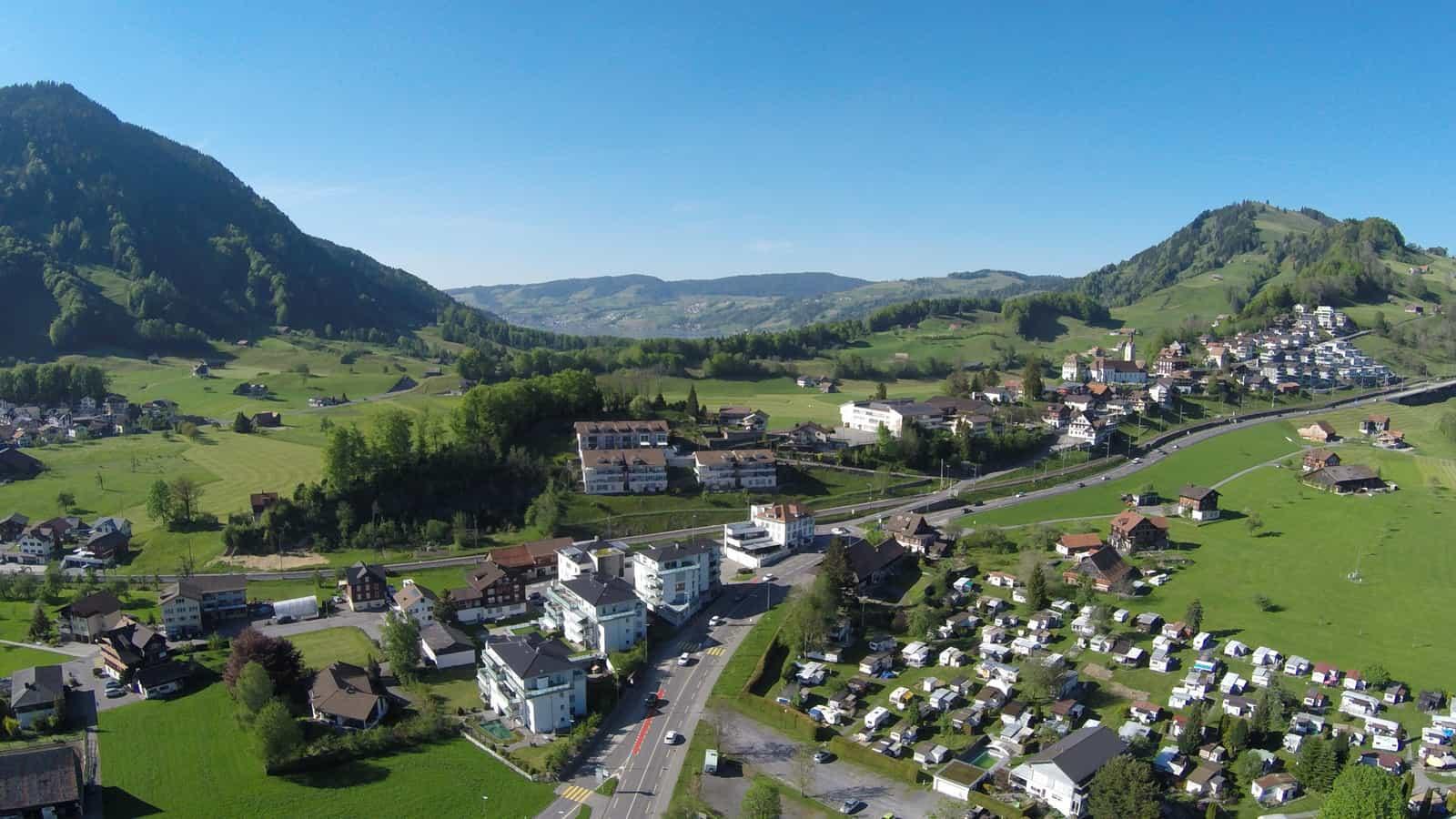 Eumatt und Dorf Sattel von Süden