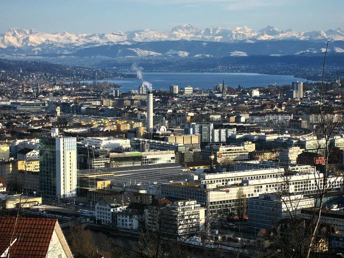 Blick vom Waidberg über Zürich und den Zürichsee auf die Alpen