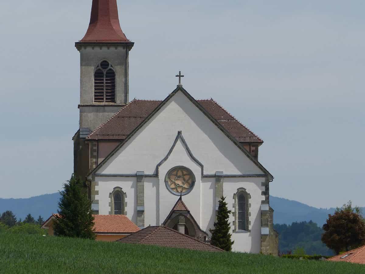 Vue de l'église catholique de Saint-Martin depuis Chesalles-sur-Oron.