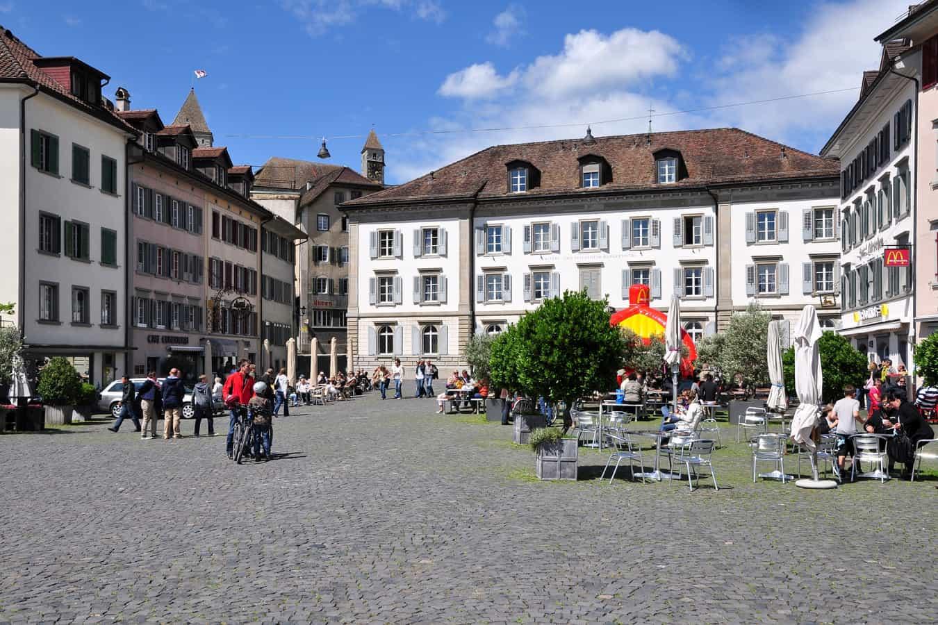 Fischmarktplatz mit Schloss im Hintergrund